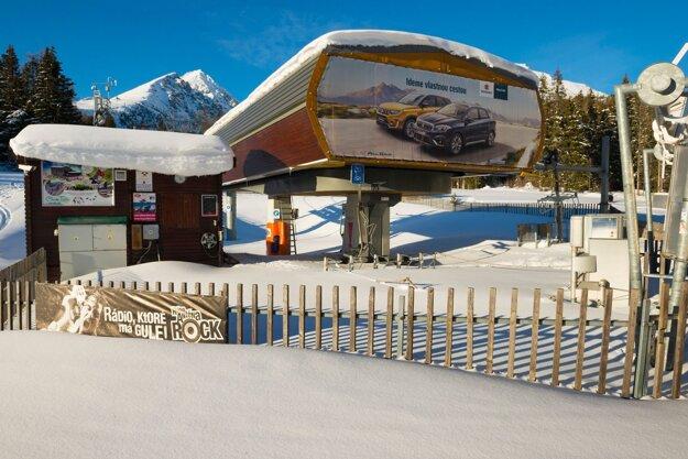 Zafúkaná údolná stanica odstavenej sedačkovej lanovky na Solisko počas lockdownu v lyžiarskom stredisku na Štrbskom Plese vo Vysokých Tatrách.