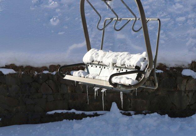 Odstavená lanovka v zatvorenom lyžiarskom stredisku na Donovaloch pri Banskej Bystrici.