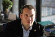 Pavol Škápik vedie tím dátových analytikov hlavného mesta Bratislavy. Pracoval v Inštitúte sociálnej politiky a Štatistickom úrade SR, kde viedol oddelenie, ktoré pripravilo sčítanie na základe registrov. Je spoluzakladateľom občianskeho združenia Klebedata, v rámci ktorého sa kreatívnou formou snažia priblížiť čitateľom dôležitosť dát.
