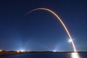 Svetelná stopa rakety Falcon 9, ktorá vynáša na obežnú dráhu satelity Starlink.