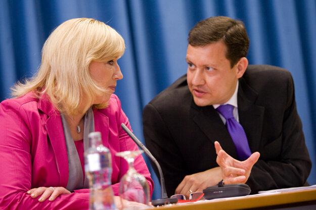 Tlačová beseda po druhom zasadnutí vlády v Bratislave v roku 2010.