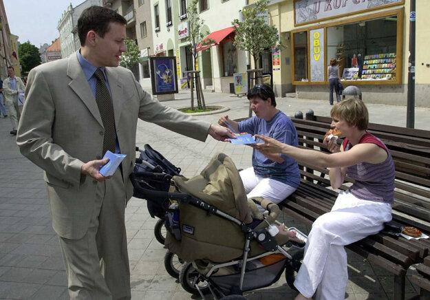 V rámci predreferendovej kampane za vstup Slovenska do EÚ sa v Nitre 9. mája 2003  zastavil minister spravodlivosti SR Daniel Lipšic a na pešej zóne rozdával  občanom Europasy.