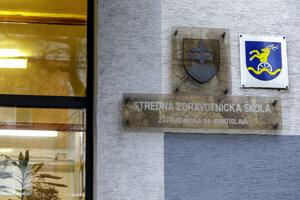 Stredná zdravotnícka škola na Záhradníckej ulici v Bratislave ostala zatvorená. V Bratislavskom kraji školy neotvárajú.