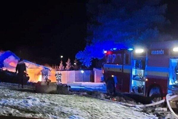 Požiar dvojgaráže v Sokoli.