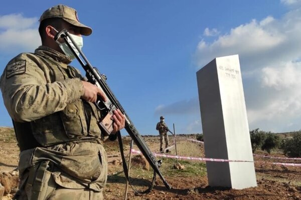 Vojenská hliadka stráži kovový stĺp v tureckej provincii Sanliurfa.