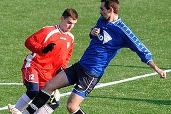 Matej Loduha (v červenom, na snímke zo zimnej prípravy) strelil jeden z gólov Serede v Nemšovej.