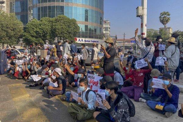 Protest v Rangúne, najväčšom meste Mjanmarska.