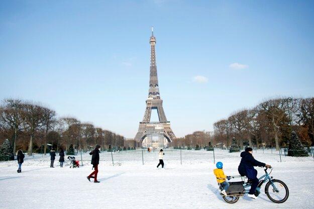 Ľudia pred Eiffelovou vežou v Paríži.