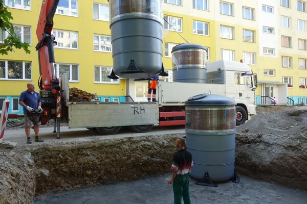 Inštalácia polopodzemných kontajnerov pri obnove prvej časti Imatry.