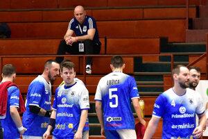 Tréner Michal Lukačín uvidel pred týždňom červenú kartu, a preto dnes nemohol viesť mužstvo v Modre.