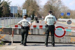 Niektoré hraničné priechody v pondelok zatvoria.
