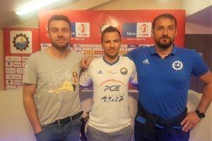 Transfer Martina Dobrotku (v strede) do Stal Mielec. Vpravo tréner poľského tímu Zbigniew Smolka.