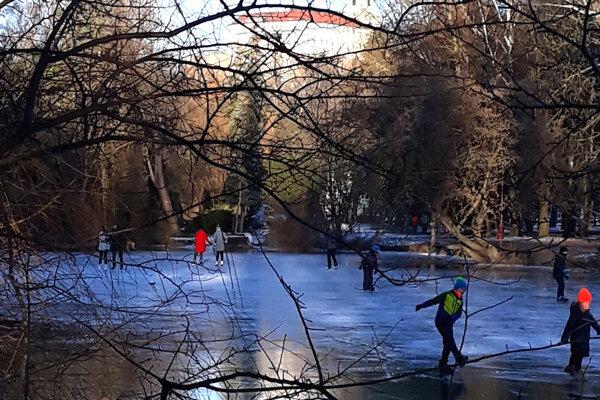 Dnes sa korčuľovalo aj na Veľkej Hangócke.