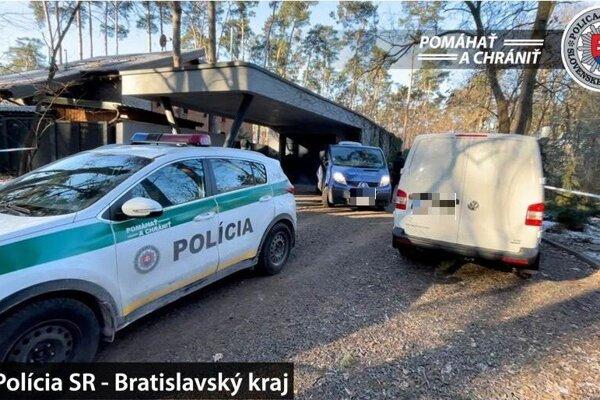 Policajné auto pred rodinným domov Böhmovcov v Plaveckom Štvrtku.