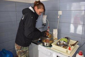 V karanténnej stanici v Humennom počas mrazivých dní zaviedli špeciálny režim. Dôležitá je teplá strava.