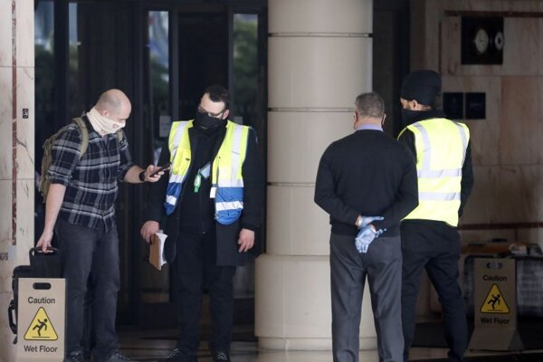 Pasažier odchádza z londýnskeho letiska Heathrow do hotela Radisson Blu Edwardian Hotel.