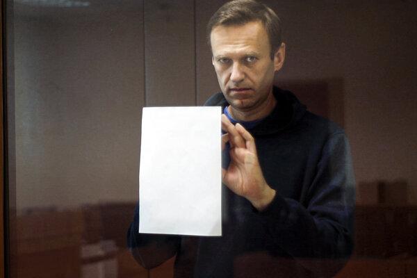 Alexej Navaľnyj si píše poznámky počas pojednávania na súde v Moskve.