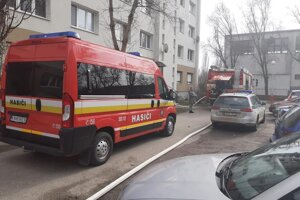Pri požiari bytu v Komárne evakuovali hasiči osobu z balkóna pomocou výškovej techniky.