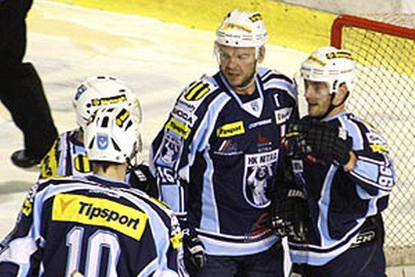 Lukášovi Novákovi (vpravo) sa v útoku s Jozefom Stümpelom a Romanom Tománkom darí.
