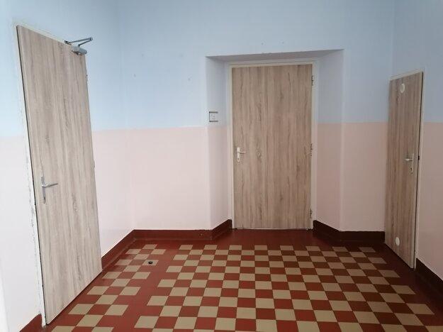 Na Mudroňke dostalo nový moderný vzhľad 62 dvier na triedach, toaletách, kabinetoch, skladoch či zborovni.