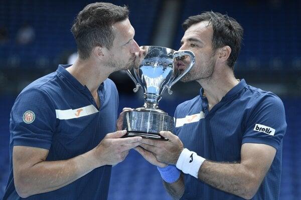 Filip Polášek (vľavo) a Ivan Dodig s trofejou pre víťazov mužskej štvorhry na Australian Open.
