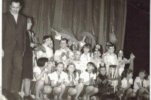 Detský divadelný súbor Hrdlička pôsobiaci pri ZDŠ v Hybiach sa počas svojho pôsobenia mohol pochváliť mnohými oceneniami a vydarenými predstaveniami. V r. 1972 sa  úspešne prezentoval  na prehliadke detskej divadelnej tvorby v Českej republike – 25.jún, Žďár nad Sázavou. réžia: Ružena Jariabeková, asistentka réžie: Marta Fóglová, výtvarník: Peter Fógel, kostýmy: Libuša Miháliková.