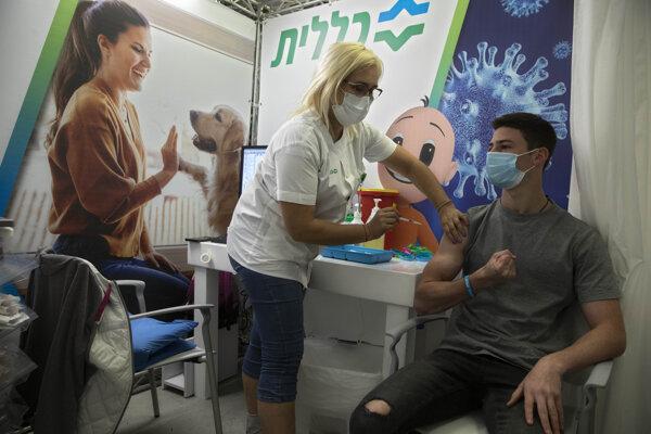 V Izraeli sa na rad v očkovaní dostali už aj mladí.