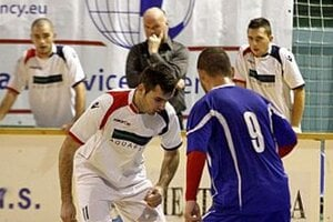 V strede vzadu tréner víťazných Čeľadíc Ján Mészároš.
