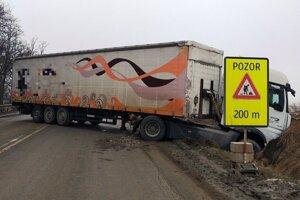 Skrížený kamión zablokoval cestu.