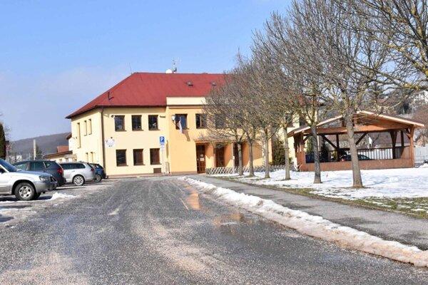 Zimnú údržbu chodníkov má v tomto roku v Myslave zabezpečovať  na obecnom stroji živnostník.