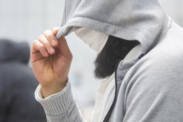Abú Walá, považovaný za hlavného šíriteľa teroristickej propagandy tzv. Islamského štátu v Nemecku, si zakrýva tvár v súdnej sieni v meste Celle, spolkovej krajine Dolné Sasko na severozápade Nemecka.