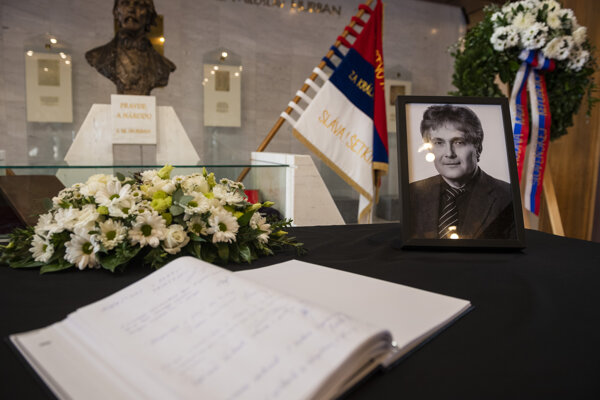 Kondolenčná kniha pri fotografii zosnulého poslanca NR SR Ľubomíra Petráka (Smer).