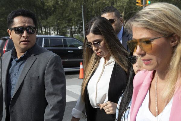 Emma Coronelová (v strede) je manželkou narkobaróna El Chapa, teraz obvinili aj ju.