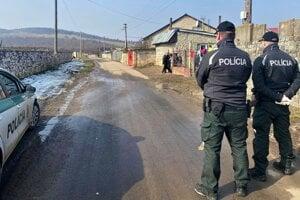v Sadoch nad Torysou už hliadkuje polícia.