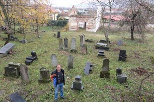 Ľ. Chládek na židovskom cintoríne. Vzadu je dom smútku.