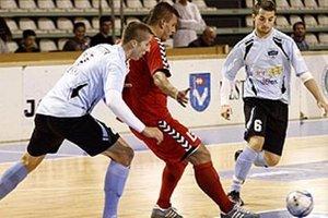 Pred rokom bolo finále FC Nitra - Sereď. Ligista zvíťazil 5:0 a získal trofej po štvrtýkrát v histórii. Na snímke zľava M. Kolmokov, Filo a Poluch.
