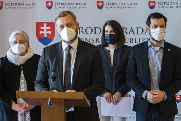 Zľava poslanci NR SR za hnutie OĽaNO Monika Kozelová, Juraj Krúpa, poslankyňa NRSR Jana Žitňanská (Za ľudí) a podpredseda Juraj Šeliga (Za ľudí).