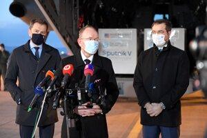 Minister zdravotníctva SR Marek Krajčí (vpravo), infektológ Pavol Jarčuška a predseda vlády SR Igor Matovič.