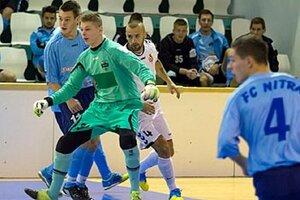 V zelenom drese brankár Dovičovič, vpravo s č. 4 Špalek.