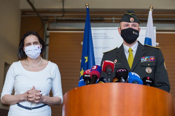 Ministerka spravodlivosti SR Mária Kolíková (Za ľudí) a nový generálny riaditeľ Zboru väzenskej a justičnej stráže Róbert Mudronček.