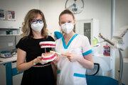 Ivana Bestvinová, vedúca študijného odboru zubný asistent a Anna Jágerská, študentka štvrtého ročníka.