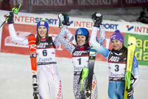 Slovensko-české pódium v slalome Svetového pohára v Záhrebe 2017. Šárka Strachová (napravo).