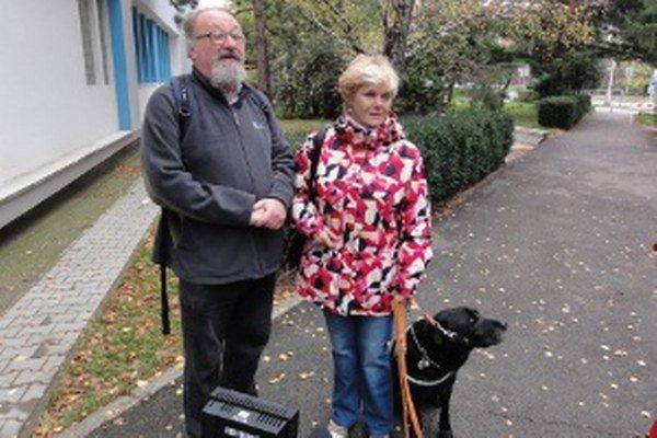 Nevidiaci manželia Zbranekovci tesne pred hlasovaním.