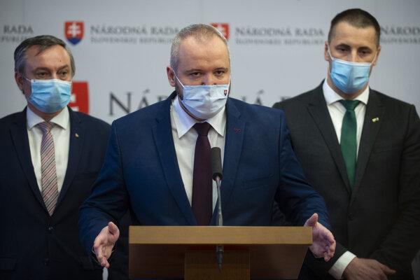 Poslanec Sme rodina Miloš Svrček (v strede).