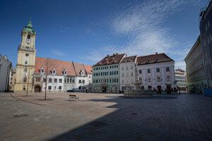 Vyľudnené Hlavné námestie v Bratislave počas prvej vlny pandémie na jar 2020.