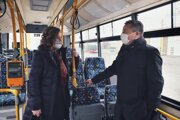 Primátorka Turčanová a riaditeľ dopravného podniku Jaš v jednom z nových trolejbusov.