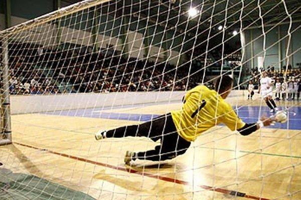 Spomienka na vlaňajšie finále - hrdina zápasu Dalibor Repa zo Zbehov chytá penaltu hráčovi Čechyniec Andrejovi Rusovi.