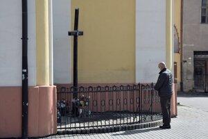 Pri zavretých kostoloch sa aj takto hľadala duchovná útecha.