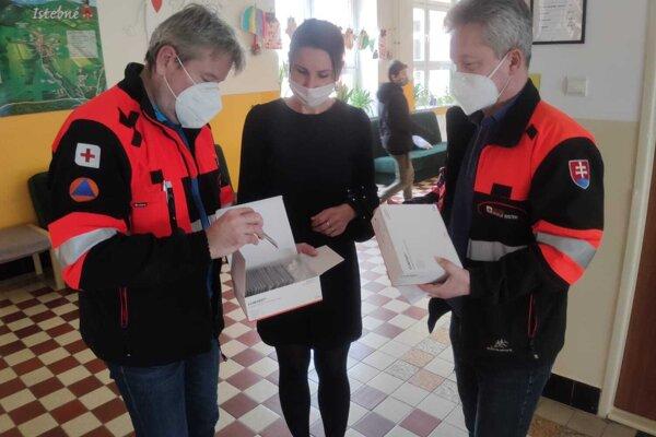 Testy potešili aj riaditeľku ZŠ v Istebnom Magdalénu Požárovú.