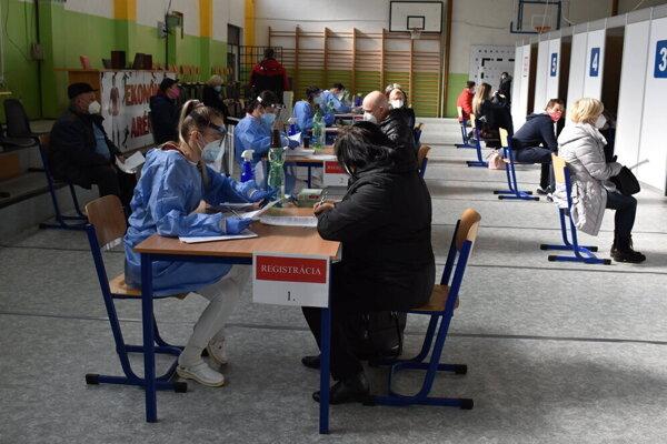 Momentka z víkendového očkovania v Humennom.